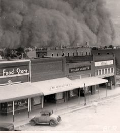 Dust storm - Dust bowl during the Great Depression Era Us History, American History, Photos Du, Old Photos, Iconic Photos, Oklahoma Dust Bowl, Tornados, Thunderstorms, East Of Eden