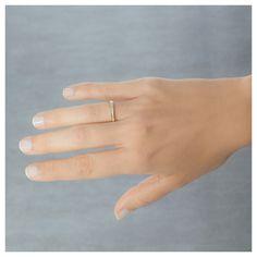 19 diamantes engastados en carril con granetes y una montura de oro amarillo de 18K te acompañarán durante el resto de tu vida. ¿Cómo podrían vestir mejor nuestras manos? Referencia 74A0054 de Argyor.