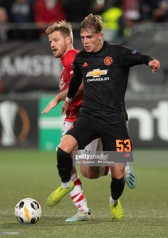 Manchester United's Brandon Williams and AZ Alkmaar's Fredrik Midtsjo battle for the ball during the UEFA Europa League Group L match at the Cars Jeans Stadion, The Hague. Get premium, high resolution news photos at Getty Images Soccer Boys, Nike Soccer, Soccer Cleats, Soccer Players, Manchester United Wallpaper, Manchester United Football, Man Utd Fc, Brandon Williams, Soccer