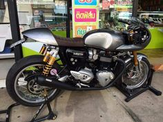 Triumph Cafe Racer, Cafe Racer Bikes, Triumph Motorcycles, Vintage Motorcycles, Custom Motorcycles, Custom Bikes, Retro Motorcycle, Motorcycle Design, Bike Design
