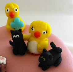 Another detail: a chic with two cats. Made by me out of fondant.