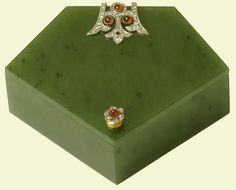 Five-sided box | A five-sided box of nephrite with single pierced hinge mount of symmetrical design with rose diamonds and five cabochon rubies. Flowerhead knop handle of rose diamonds and a single cabachon ruby. A drawing for an almost identical box appears in a design album from Henrik Wigström's workshop.