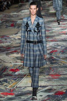 Alexander McQueen Spring 2017 Ready-to-Wear Fashion Show - Marte Mei van Haaster