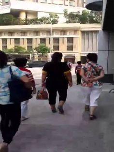 2014年10月3日香港反佔中人士在長沙灣警署集結 Tan Pei Yee 哇!被拍到了,原來都是預謀好的,請廣傳出去,讓更多香港民眾知道