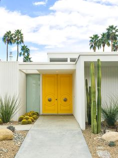How to Visit Palm Springs on a Budget: A Palm Springs Travel Guide (+ Palm Springs Door Tour! Design Exterior, House Paint Exterior, Exterior House Colors, Mid Century Modern Door, Mid Century House, Midcentury Modern, Palm Springs Häuser, Modern House Design, House Painting