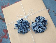 Denim Pom Poms: Have you made these denim pom poms yet? If not, what are you waiting for! We love the idea of using them as tassels on gift wrap, or strung as festive garland. (via Zakka Life) 25 Unusual Ways To Repurpose Your Jeans via Brit + Co. Diy Jeans, Jean Crafts, Denim Crafts, Artisanats Denim, Denim Purse, Blue Denim, Jean Diy, Jeans Fabric, Denim Ideas