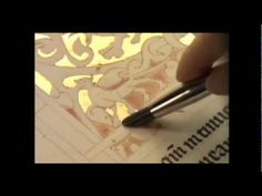 Vídeo educativo sobre as ilustrações dos livros medievais com a arte da iluminura. Medieval, Page Decoration, Book Of Hours, Painting Edges, Illuminated Manuscript, Bookbinding, Book Art, Calligraphy, History