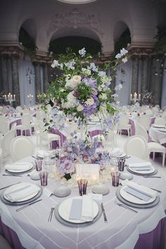 wedding//mariage ; wedding table//table de mariage ; skiss ; flowers//fleurs ; table's center//centre de table ; purple & white// violet & blanc ; round table//table ronde http://www.skiss.fr/