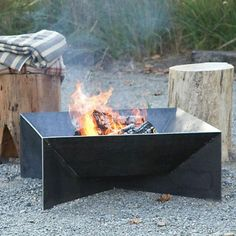 Love this idea, an angular fire pit ! Love this idea, an angular fire pit ! Metal Fire Pit, Concrete Fire Pits, Diy Fire Pit, Fire Pit Backyard, Backyard Seating, Outdoor Fire, Outdoor Living, Fire Pit Video, Fire Pit Gallery