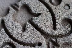 Petit plateau ovale en béton gravé gris croquebeton.etsy.com