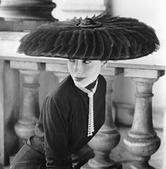 Ik ben weg van deze hoed. Hij is fantastisch en zo mooi vastgelegd. Het is bijna een vliegende schotel die precies op het juiste moment boven het hoofd van het model kwam hangen. Le Groux Soeurs Hat, Vogue, 1952, Fotograaf Norman Parkinson