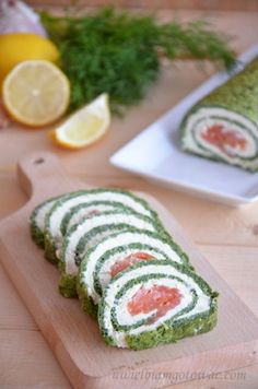 Spinach roll-up w/ smoked salmon Spinach Roll Ups, Types Of Cakes, Christmas Time, Sushi, Salmon, Recipies, Healthy Recipes, Healthy Food, Rolls