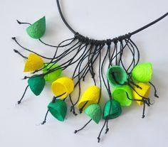 Wisior z jedwabnych kokonów - cytryna i zieleń - MalowanyJedwab - Naszyjniki krótkie