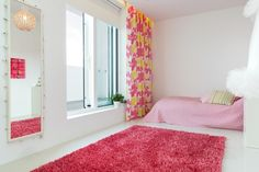 Rosa y blanco en un dormitorio femenino