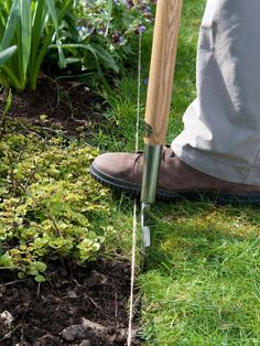 Four Ways to Maintain a Lawn Edge : Outdoors : Home & Garden Television