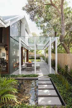Chic Sydney House Extends Its Living Area With A Cool Glass-Roofed Pergola Gorgeous glass roof pergola of the Coogee House in Sydney, Australia. Patio Roof, Pergola Patio, Pergola Kits, Pergola Ideas, Gazebo, Patio Stairs, Modern Pergola, Patio Ideas, Garden Ideas