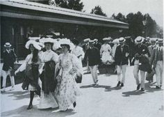 Visitors arriving at Henley station for the Regatta, ca 1904