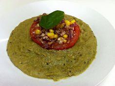 Puré de lentejitas acompañado con tomate relleno (tofu, choclo y repollo morado).