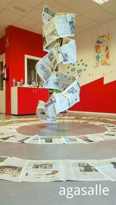 Instalaciones Reggio Emilia, Art Projects, Projects To Try, Newspaper Art, Gross Motor Activities, Unusual Art, Hanging Pictures, Diy Halloween Decorations, Recycled Art