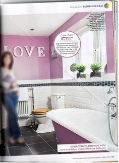 Paarse badkamer (1). Let op hoogte van het randje. Net iets boven de wastafel, zie andere plaatje.