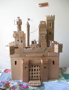 kasteel met veel details; basis is een doos. Veel karton van dozen en ribkarton nodig. Eventueel wc/keukenrollen en ijslollystokjes.