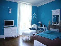 Une chambre qui affiche la couleur sur ses murs avec une peinture bleu turquoise intense en contraste avec les meubles blanc. Photo Tollens