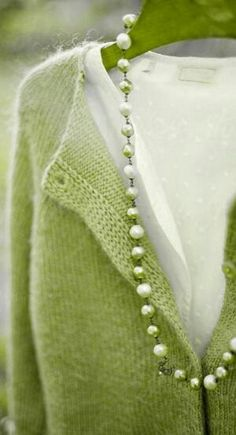 Soft green cardigan and pearls. Love this look :) Cardigan Verde, Green Cardigan, Knit Cardigan, Looks Style, Style Me, My Favorite Color, My Favorite Things, Vert Olive, Moda Vintage