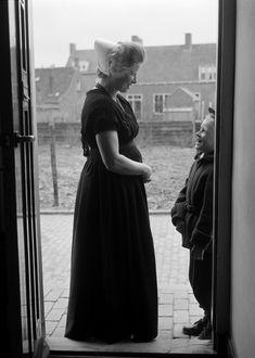 Vrouw met haarrol in klederdracht van Walcheren, Zeeland (1950-1960) fotograaf: Oorthuys, Cas #Zeeland #Walcheren