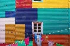 """BUENOS AIRES - ARGENTINA. Se puede ver el """"Museo al aire libre"""" de La Boca, el barrio comercial desarrollado entorno al puerto, lugar de llegada de los inmigrantes. Da un paseo a lo largo del Caminito, una calle peatonal muy colorida y animada por murales y grafitis de muchos artistas locales. Déjate seducir por el ambiente de otra época que reina aquí: el olor del café, las notas de un tango en la distancia y la vivacidad de la vida cotidiana que dan vida a la calle. ¿Quién querría irse?"""