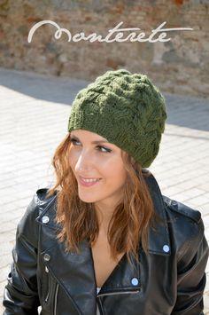 Gorro de lana trenzada en color verde botella. 8ffd61cffb9