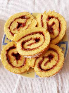 Piskótatekercs eperlekvárral, nagyon jól sikerül és elképesztően finom! Hungarian Recipes, Onion Rings, Sweet And Salty, Winter Food, Cake Cookies, Waffles, Favorite Recipes, Sweets, Healthy Recipes