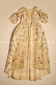 Robe à la Française, France, 1770/1780. Inventory number: 96/134.1 Look, it's decorated with roses!