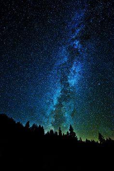 Milky Way as seen from Yosemite by Sapna Reddy. Milky Way as seen from Yosemite by Sapna Reddy. Night Sky Wallpaper, Galaxy Wallpaper, Wallpaper Samsung, Galaxy Painting, Galaxy Art, Milky Way Photography, Nature Photography, Photography Backgrounds, Galaxy Photos