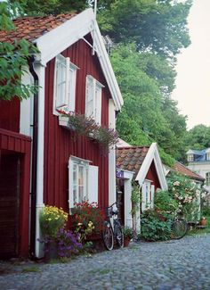 Red house on a flower-trimmed country lane in Kalmar, Sweden.   | Kalmar, #Schweden #Reisen #Europa