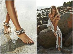 bridal anklets for bohemian beach brides // Tobilleras para novias playeras y bohemias. Look boda en la playa.