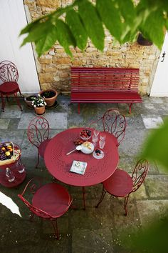 #Terrasse avec banc #Louisiane et table et assises #Montmartre #rouge #Piment #Fermob / #terrace #red Outdoor Garden Furniture, Garden Chairs, Home Colour Design, Deco Champetre, Traditional Chairs, Outdoor Tables, Outdoor Decor, Diy Pergola, Pergola Ideas