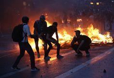 Während an einigen Stellen friedlich gefeiert wurde, kam es an anderer Stelle zu regelrechten Straßenschlachten, ...