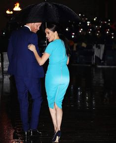 A crowd of about 50 people, standing behind barriers, braved the rain under umbrellas to catch a glimpse of the the duke and duchess a vous meghan markle Harry and Meghan arrive at their first joint engagement since Megxit Meghan Markle Stil, Estilo Meghan Markle, Meghan Markle Dress, Meghan Markle Prince Harry, Prince Harry And Megan, Kate And Meghan, Princess Meghan, Princesa Diana, Royal Fashion