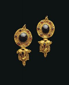 A PAIR OF PARTHIAN GOLD AND GARNET EARRINGS - CIRCA 2ND CENTURY AD.
