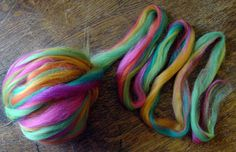 A*** Scrap Batts: How to Make Heathered Yarns Without a Drum Carder. Only needs tops or batts [left over pieces are fine] Spinning Wool, Hand Spinning, Spinning Wheels, Tapestry Loom, Textured Yarn, Yarn Inspiration, Felting Tutorials, Sock Yarn, Knitting Yarn