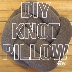 Easy DIY Knot Pillow How To Make Pillow Covers Whether you have long-standing arts and crafts abilti Cute Pillows, Diy Pillows, Sewing Pillows, Knitted Pillows, Pillow Ideas, Cushions, Sewing Crafts, Sewing Projects, Diy Projects