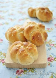 Roses of bread with onion and herbs, can be translated with google/google chrome.