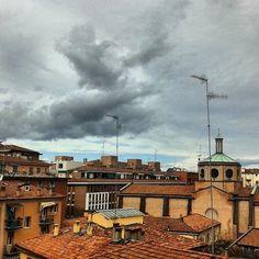 Instagram Feed Bologna, tetti e nuvole...(foto di @fr_ancesc_a ) Associazione Succede solo a Bologna #succedesoloabologna #welcometobologna