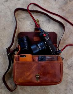 We are a proud retailer of ONA for Germany and many other countries of the world – visit us at: www.designstraps.com/onabags    #designstraps #onabags #camerabag #kameratasche #photography #camera #kamera #lifestyle #leder #taschen    The Bowery bag - for everyday use.