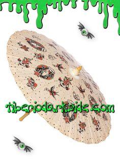 TIBERIO DARK SIDE DISTRIBUIDOR OFICIAL DE SOURPUSS EN ESPAÑA  Parasol clásico de papel con estructura de madera, de color beige con impresión de chica pin up estilo náutico, anclas, corazones con golondrinas, calaveras y rosas, estilo tatuaje old school. Marca: Sourpuss.  COLOR: BEIGE TALLA: ÚNICA  TAMAÑO: 81 cm diámetro    DE LA MISMA COLECCIÓN
