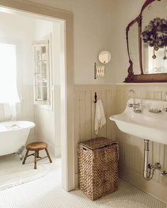 7 Bathroom Remodeling Check List & 30 Bathroom Remodeling Ideas - Bathroom remodeling іѕ thе bеѕt way, after kitchen rеmоdеlіng, to increase thе ѕаlеѕ vаluе оf уоur home. It саn bе a ѕmаll bathroom remodel оr a large. Home Interior, Interior Design, Interior Plants, French Country Decorating, Beautiful Bathrooms, Bathroom Inspiration, Interior Inspiration, Cool Ideas, Home Remodeling