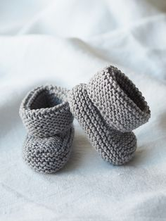 Vauvan neuletossut by susanna mertsalmi for novita Crochet Wool, Crochet Baby, Wool Yarn, Baby Boy Knitting Patterns, Knit Baby Booties, Knitted Baby Clothes, Baby Leggings, Baby Socks, Knitting Socks
