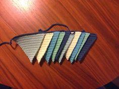 DIY opskrift på dekorationskæde med flag Materiale: 100 % bomuldsgarn der passer til hæklenål nr. 3. Jeg har brugt 100 % bomu...