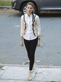 Spencer Hastings von PLL weiß ganz genau, wie sie das perfekte Business-Outfit zusammenstellt. Der verspielte Cardigan lockert das weiße Hemd mit der schwarzen Hose auf. #prettylittleliars #prettylittleliarsfashion #pllfashion #spenceroutfit   Stylefeed