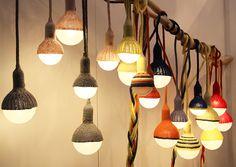 """Wie kuschelig.Stephanie aus Melbourne erstellt originelle Lampen mit dem gewissen Gemütlichkeitsfaktor. Die """"Umhänge"""" ihrer Leuchten bestehen zu 100% aus Merinowolle. Auch die extralange Kabelei ist in Wolle gehüllt und lässt sich so wunderbar mit dem Woh"""